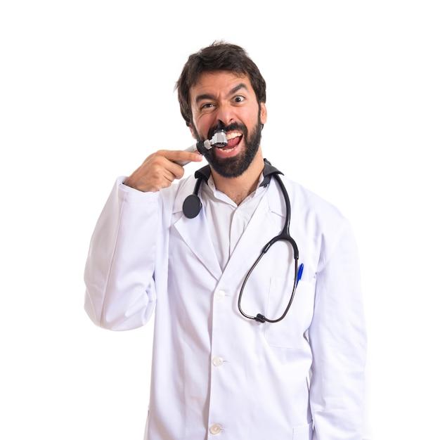 Gekke otorhinolaryngologist met zijn otoscoop over witte achtergrond Gratis Foto