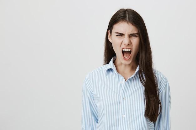 Gekke vrouw schreeuwde bedroefd Gratis Foto