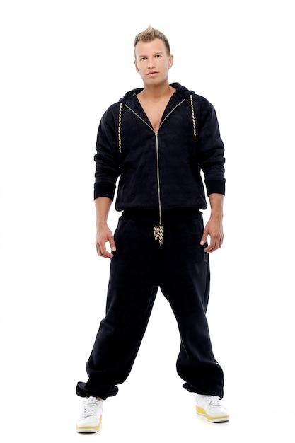 Geklede man in een pak poseren in studio Gratis Foto