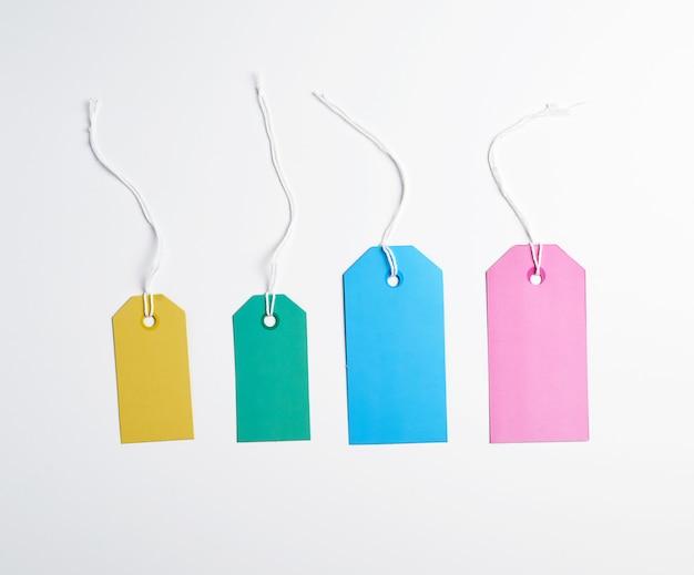 Gekleurd papier tags op een wit touw Premium Foto
