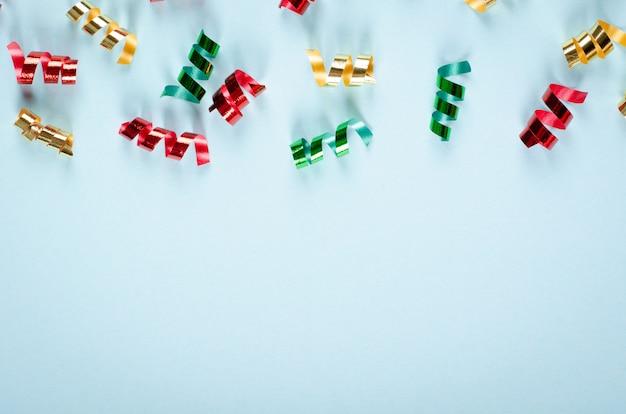 Gekleurde confetti samenstelling op blauwe achtergrond, feest en feest decoratie. Premium Foto