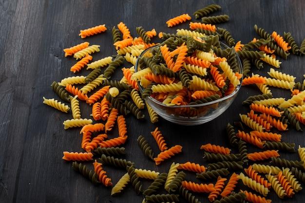 Gekleurde fusilli pasta in een glazen kom Gratis Foto