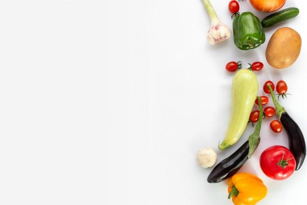 Gekleurde groenten op een witte achtergrond Gratis Foto