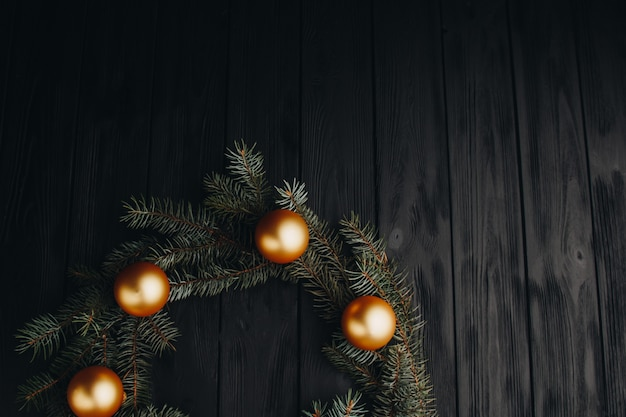 Gekleurde kerstversiering op zwarte houten tafel. kerstmisballen op houten achtergrond. Premium Foto