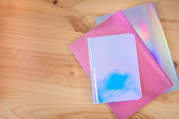 Gekleurde notitieboekjes op houten bureau Premium Foto