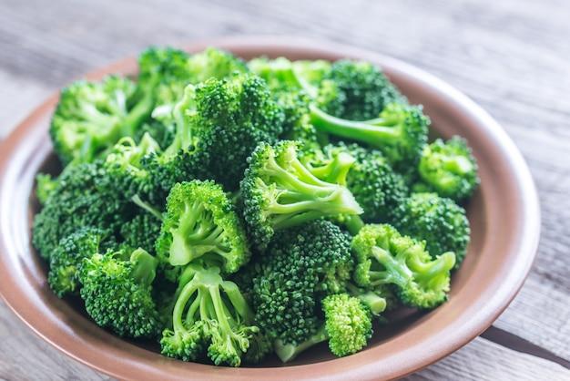 Gekookte broccoli op de plaat Premium Foto