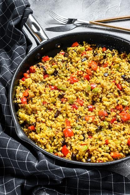 Gekookte bulgur met groenten in een pan Premium Foto