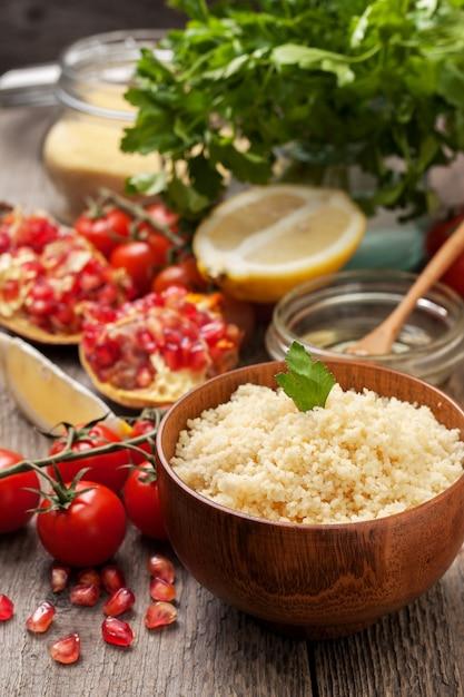 Gekookte couscous, verse groenten voor salade Premium Foto