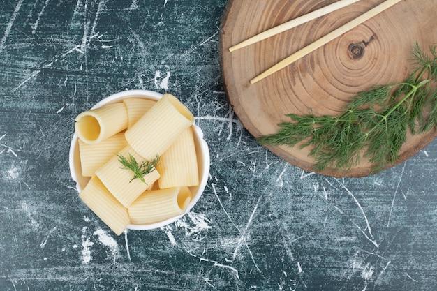 Gekookte deegwaren in witte kom met eetstokjes en koriander. hoge kwaliteit foto Gratis Foto