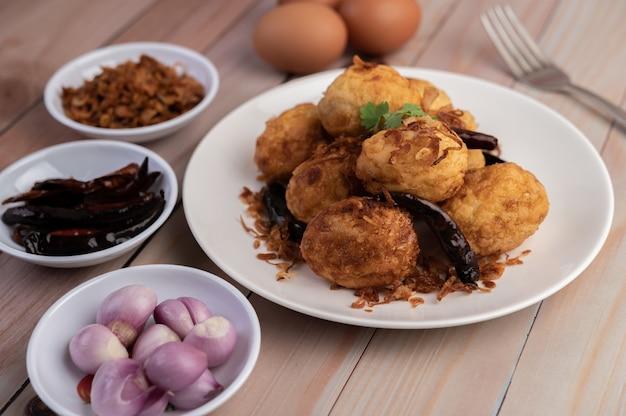 Gekookte eieren gewokt met tamarindesaus. Gratis Foto