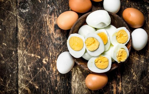 Gekookte eieren in een kom. Premium Foto