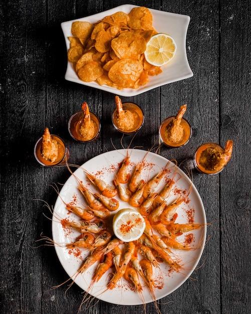 Gekookte garnalen met rode peper en citroen Gratis Foto
