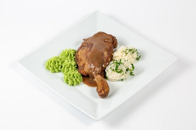 Gekookte kip met saus, rijstballetjes en een groene saus Gratis Foto