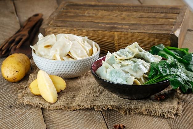 Gekookte knoedels vareniki aardappel spinazie vulling Premium Foto