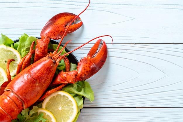 Gekookte kreeft met groente en citroen Premium Foto