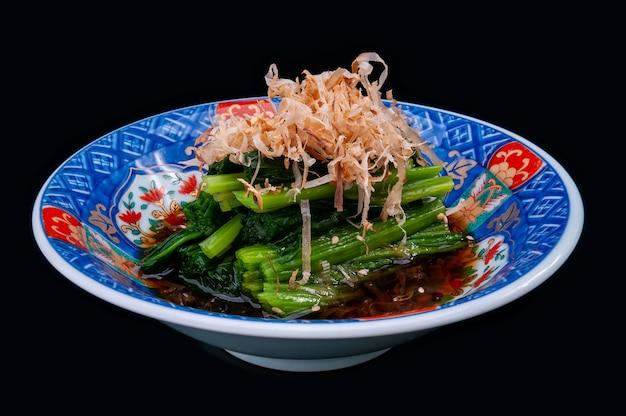 Gekookte spinazie in japanse stijl in shoyusaus. Premium Foto