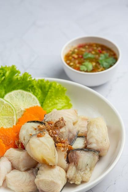 Gekookte vis met pikante dipsaus en groente Gratis Foto