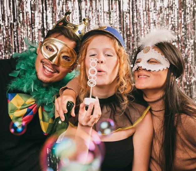 Gekostumeerde vrienden plezier op carnaval feest Gratis Foto