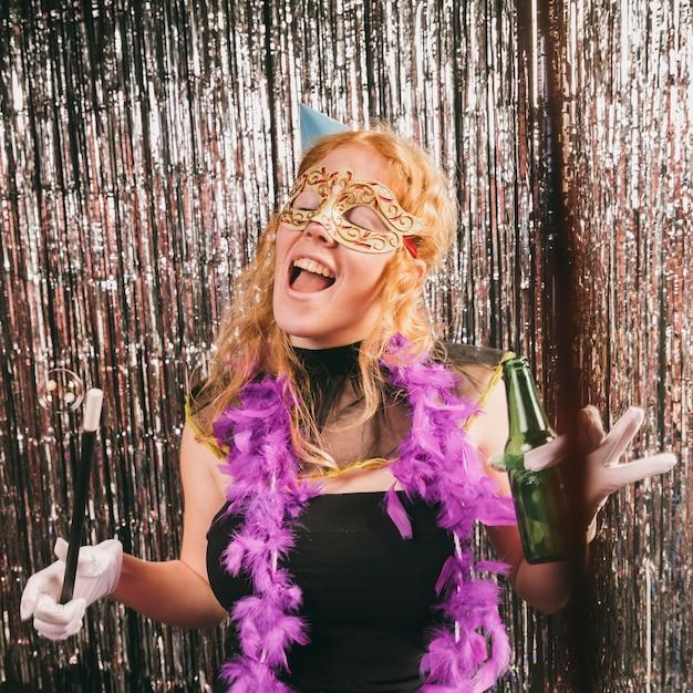 Gekostumeerde vrouw plezier op carnaval feest Gratis Foto