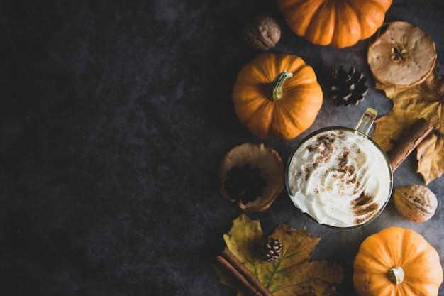 Gekruide herfstpompoen latte drankje met kaneel en roomschuim Premium Foto