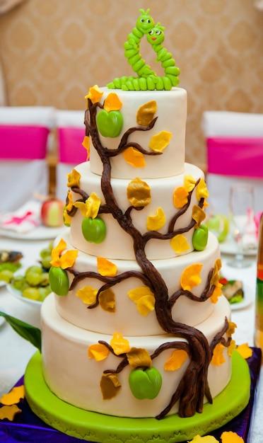 Gelaagde cake versierd met zoete groene wormen in de liefde Gratis Foto