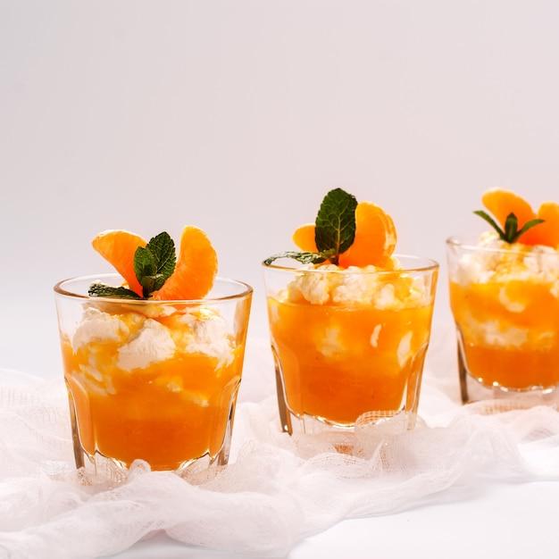 Gelaagde panna cotta met slagroom en mandarijnsaus Premium Foto