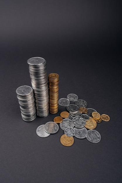 Geld besparen munt stapels toren donkere ondergrond Premium Foto