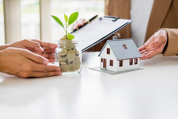 Geld besparen om in de toekomst in huis of onroerend goed te investeren. Premium Foto