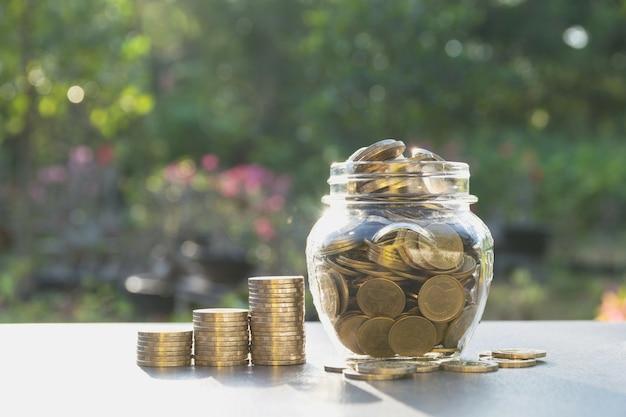 Geld concept opslaan met geld munt in de pot voor het bedrijfsleven Premium Foto
