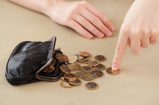 Geld, financiën. vrouw met portemonnee Gratis Foto