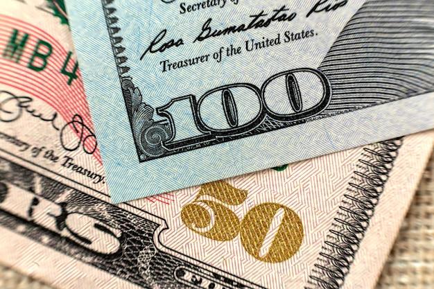 Geld kleurrijk close-up als achtergrond. details van de rekeningen van amerikaanse nationale valutabankbiljetten. symbool van rijkdom en welvaart. cash, drukte en financiën concept. Premium Foto