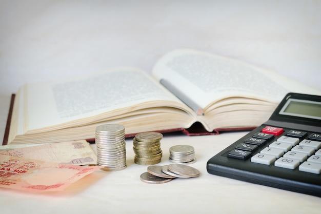 Geld met calculator voor een open boek. Premium Foto