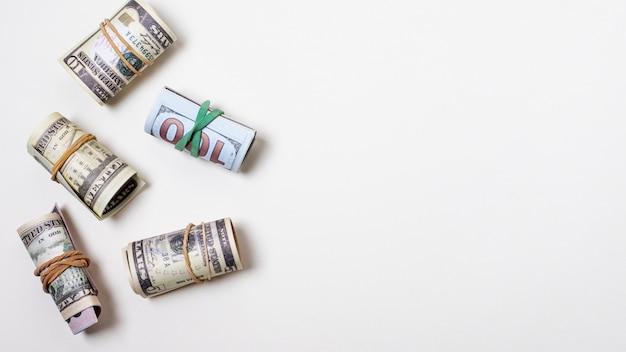 Geld vastgebonden met elastieken en kopie ruimte Premium Foto