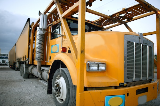Gele aanhangwagen in industriezone Premium Foto