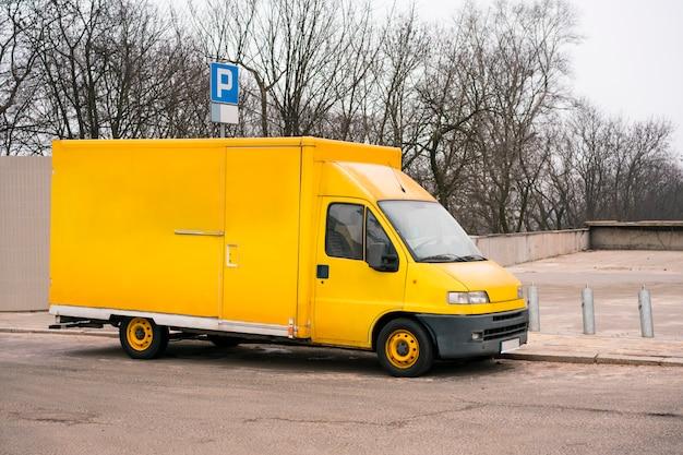 Gele bestelwagen. universele bestelwagen in de stad Premium Foto