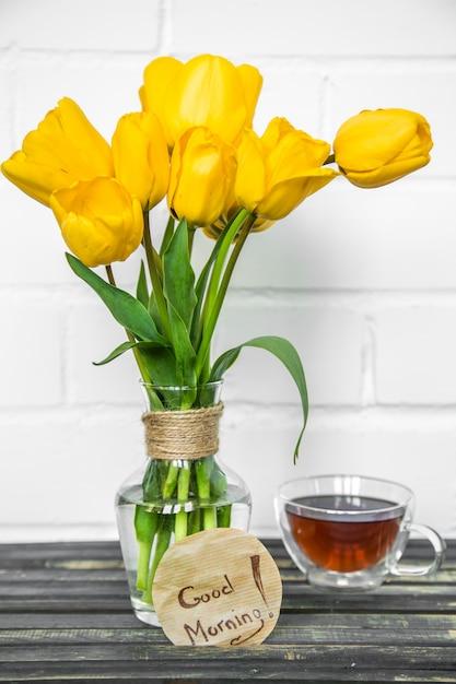 Gele bloemen in een vaas Gratis Foto