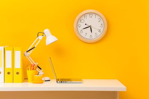 Gele business desk vooraanzicht Gratis Foto
