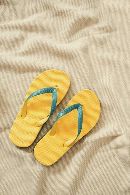 Gele flip-flops, zomervakantie concept Gratis Foto