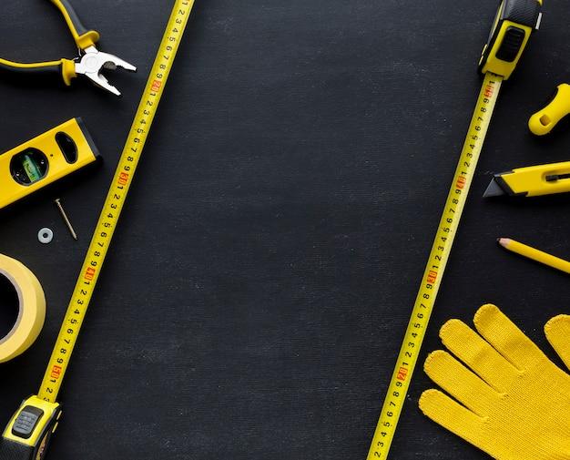 Gele hulpmiddelen en bouwhandschoen met exemplaarruimte Gratis Foto