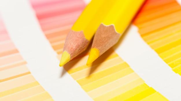 Gele kleurpotloden en kleurenkaart van alle kleuren Premium Foto
