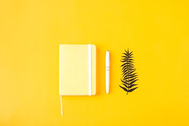Gele minimalistische blocnote voor ingangen op een gele achtergrond Premium Foto