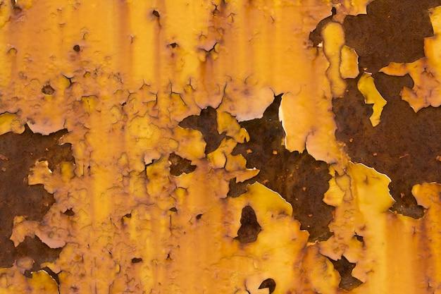 Gele muur met scheuren en bladderende verf Premium Foto