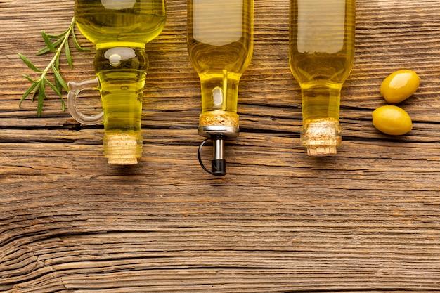 Gele olijven en olieflessen Gratis Foto