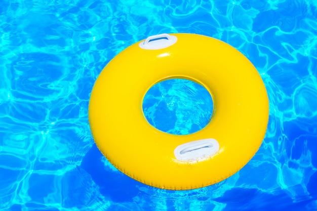 Gele opblaasbare kindercirkel in het zwembad Premium Foto