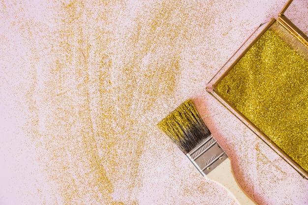 Gele pailletten in vak met penseel Gratis Foto