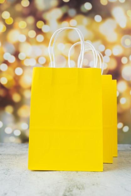 Gele papieren zakken met bokeh-effect Gratis Foto