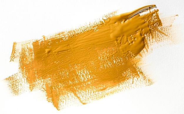 Gele penseelstreek op witte achtergrond Premium Foto