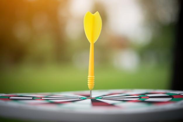 Gele pijl pijl slaan in het midden van het dartbord. Gratis Foto