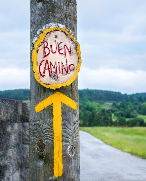 Gele pijl, teken voor pelgrims op de camino de santiago in spanje, way of st james Premium Foto