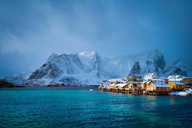 Gele rorbuhuizen, lofoten-eilanden, noorwegen Premium Foto